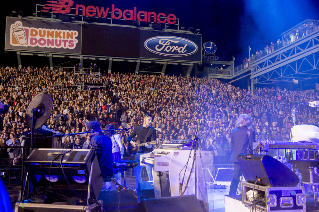 Jack White and the crowd at Fenway